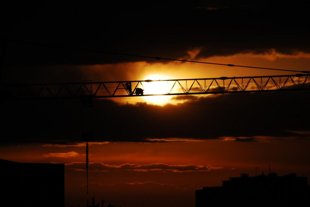 mundo urbano,grua y sol