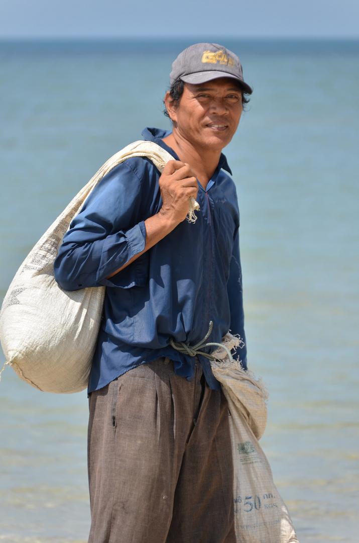 Muschelsammler vom Bang Sak Beach, Phang Nga, Thailand, Januar 2013