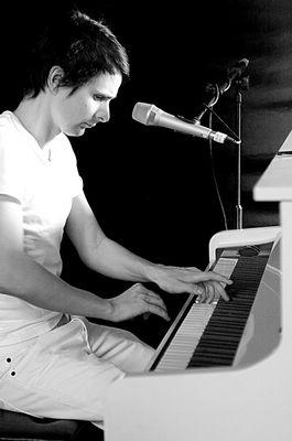 Muse- Matthew Bellamy beim Klimpern