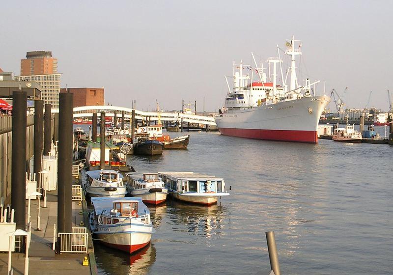 Museumsschiff an der Überseebrücke