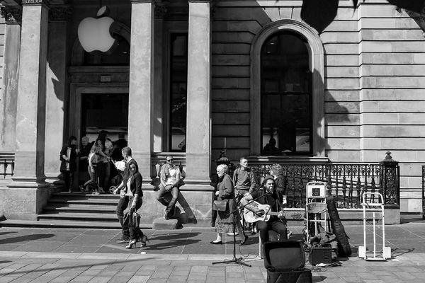 Musikant vor Apple