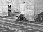 Musulmano in preghiera nella Moschea di El-Aksa