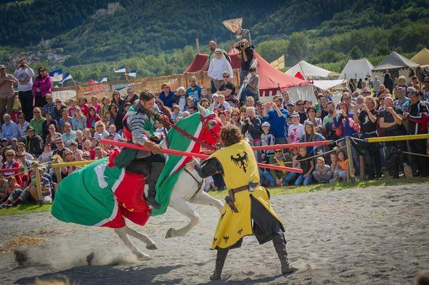 Mutiger Ritter im Kampf gegen Reiter und Pferd