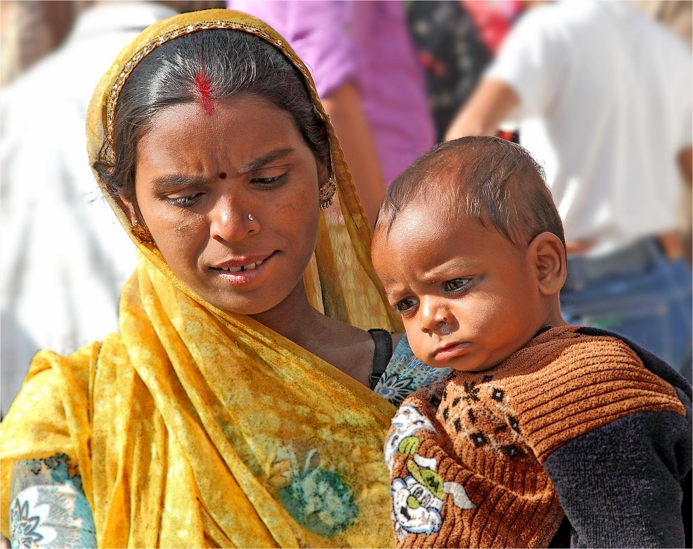 Mutter mit Kind am Markt in Jodhpur