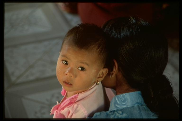 Mutter und Baby in der Mahamuni Pagoda