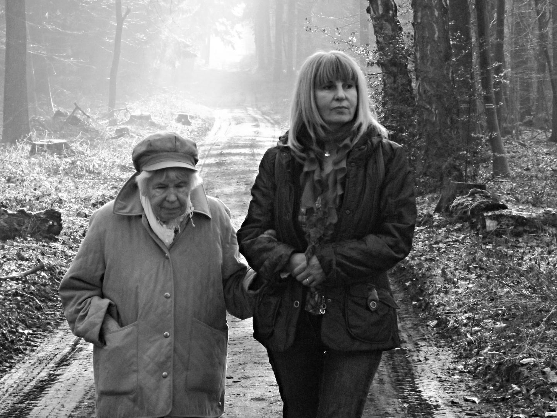 Mutter und Tochter beim Waldspaziergang