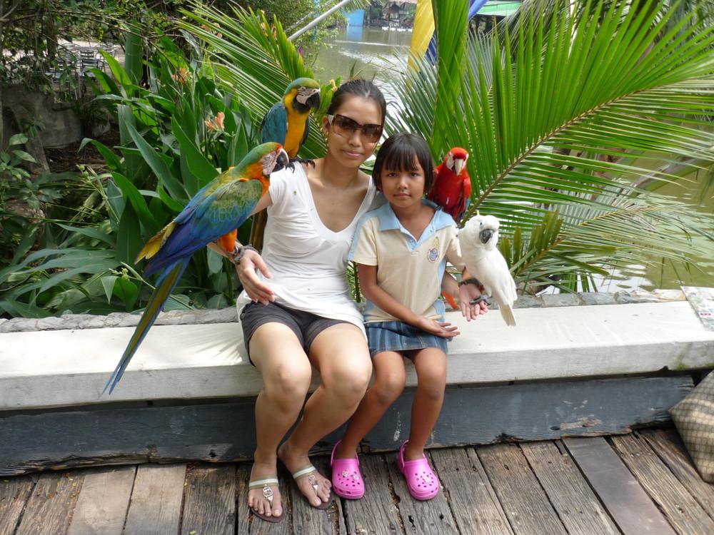 Mutter und Tochter im Zoo