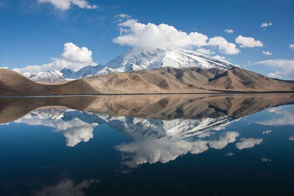 Muztagh Ata 7546 m und Karakul-See, China