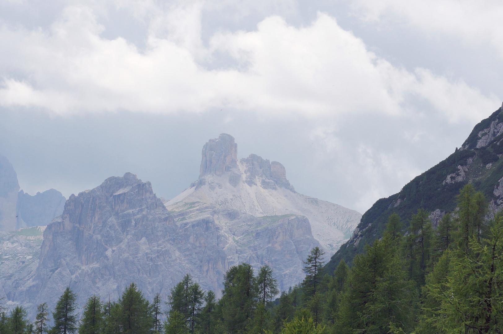 Mystiche Bergwelt Südtirols mit den Drei Zinnen im Hintergrund
