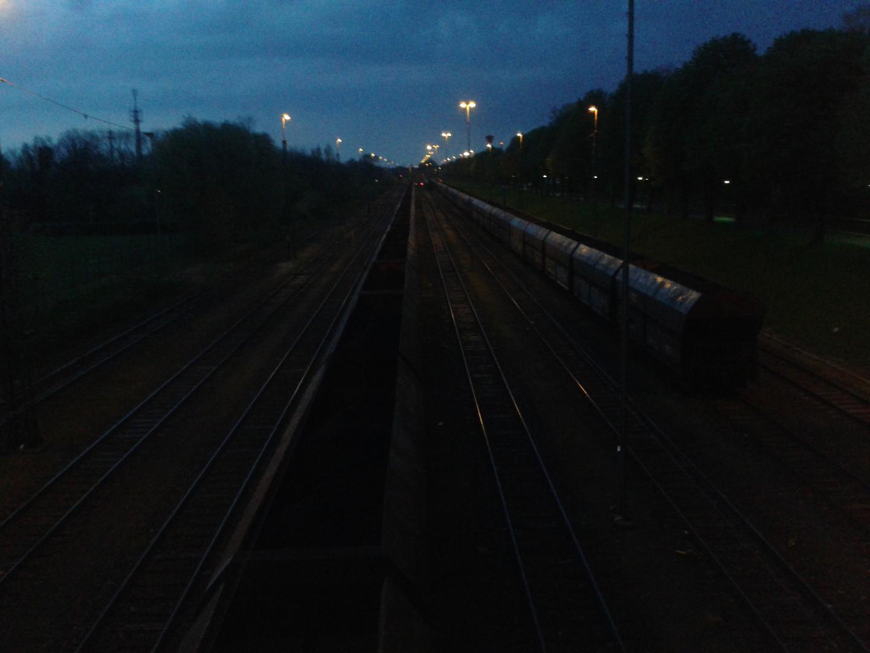 Mystik der Nacht über den Schienen
