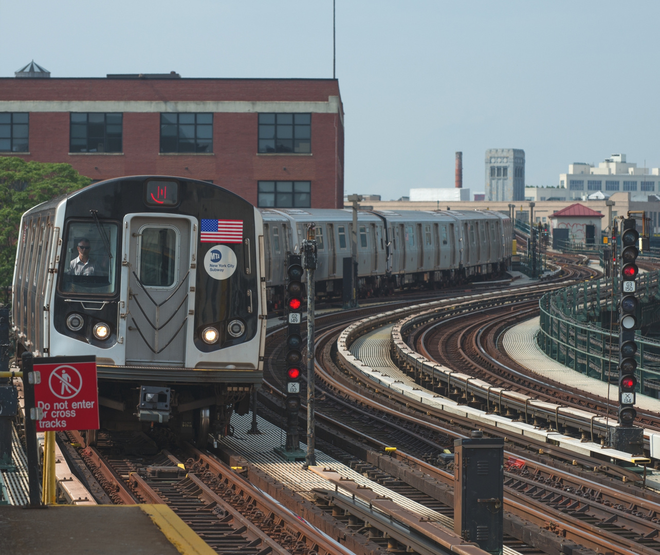 N Train in Queens 39 Ave