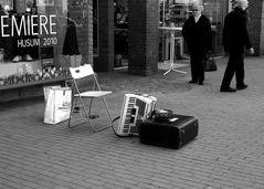 Nach dem Gehrt seine zwei Stunden als Strassenmusiker voll hatte musst er eilig zu seinen drei…
