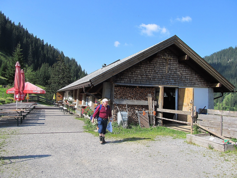 Nach dem Schwammerlsuchen noch eine kräftige Brotzeit auf der Alm im Tannheimer Tal