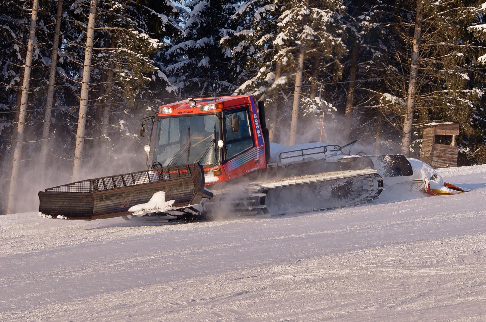 Nach den Skifahrern kommt die Pistenraupe