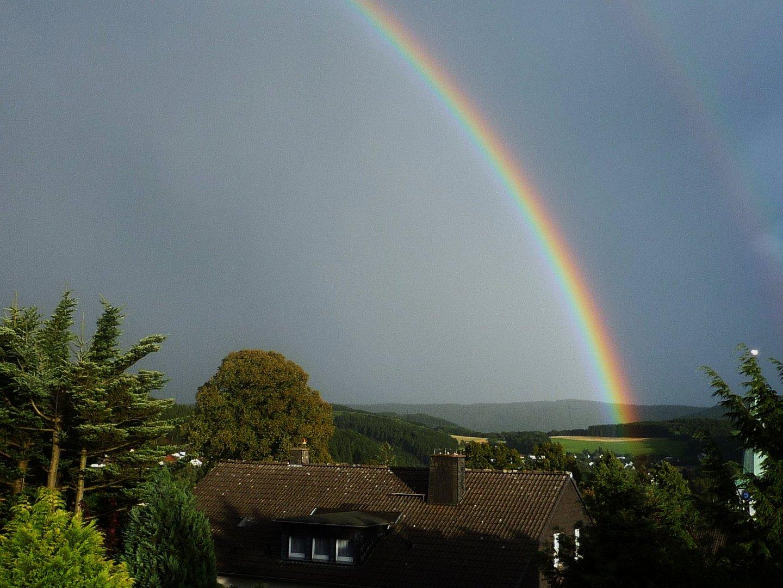 Nach einem Gewitter: Regenbogen über Herscheid