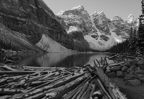 Nach einer kalten Nacht am Lake Moraine, Alberta, Canada, sw-Version