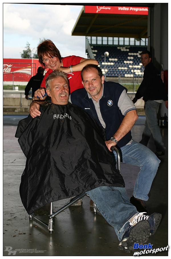 Nachbarschaftshilfe oder Johannes muß Haare lassen :-)