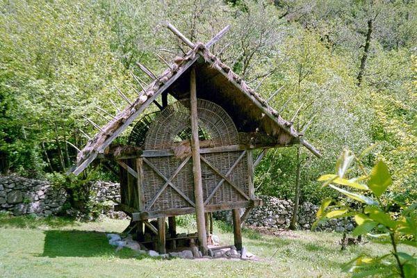 Nachbau eines Hauses von einer Steinritzung