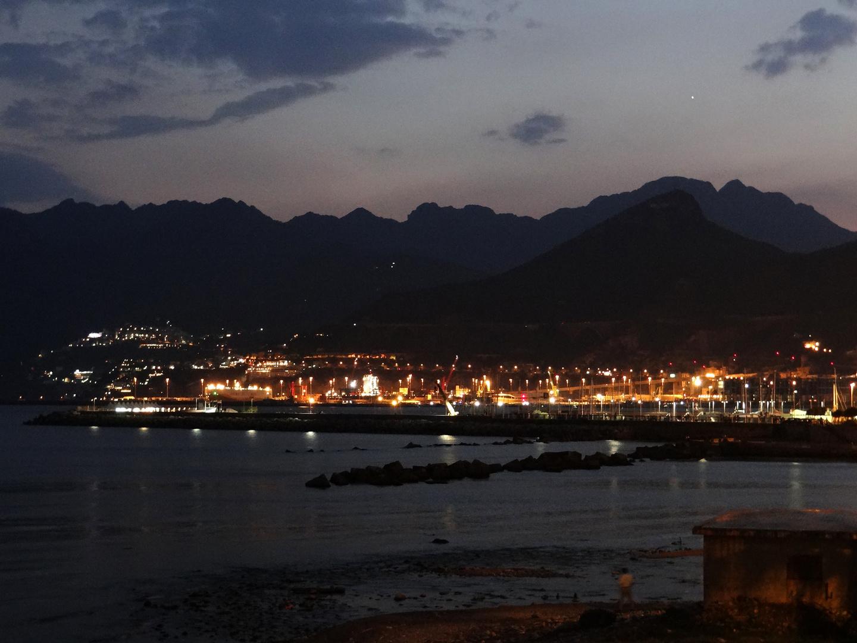 Nacht über dem Hafen von Salerno