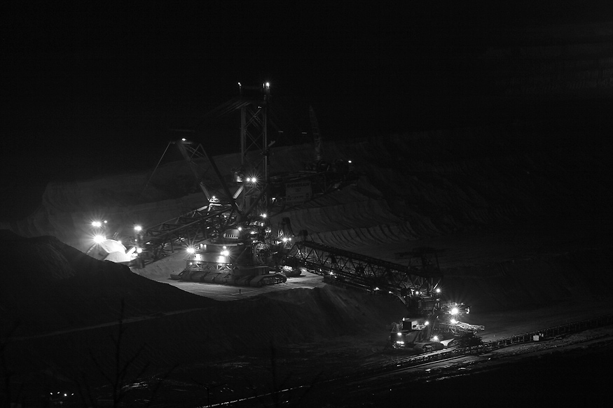 Nachtaufnahme des Baggers 287 im Tagebau Hambach