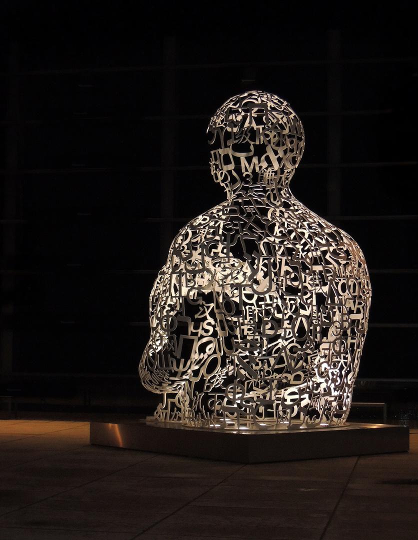 Nachtaufnahme einer Skulptur