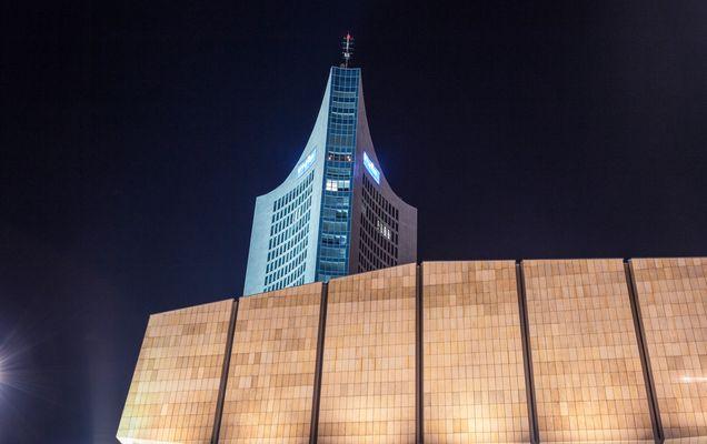 Nachtaufnahme Panorama Tower und Gewandhaus in Leipzig
