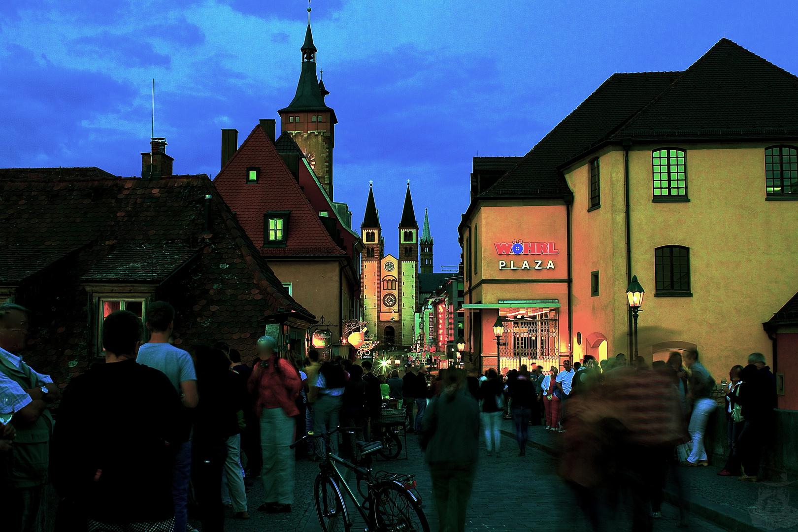 Nachtleben auf der alten Mainbrücke in Würzburg