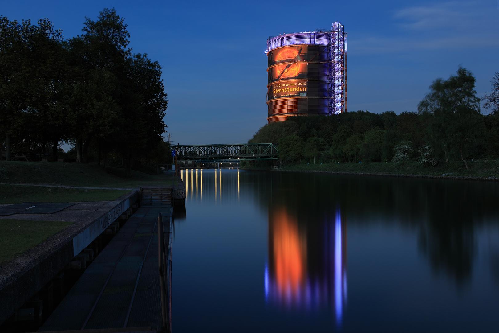 Nachts am Kanal – Gasometer Protestbild