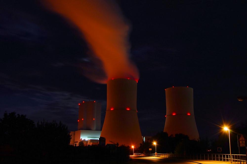 Nachts am Kraftwerk