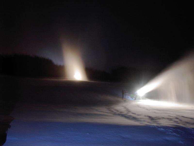 Nachts am Skihang, wo die Kanonen arbeiten.