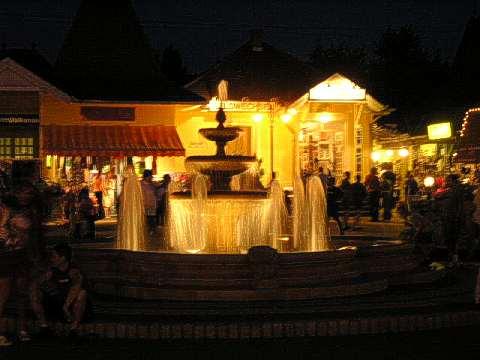 Nachts am Wackelmarkt von Balatonelle