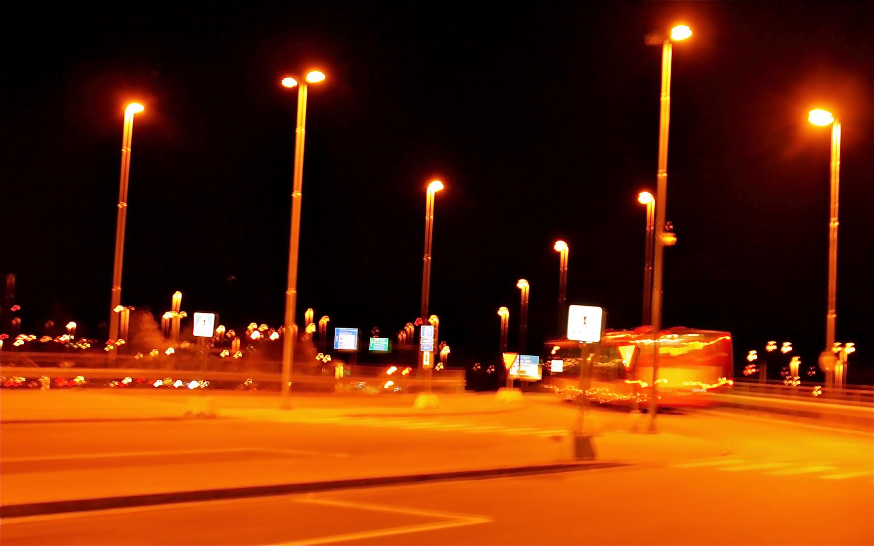 Nachts an der Bushaltestelle
