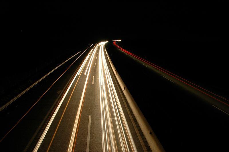 Nachts auf einer Autobahnbrücke