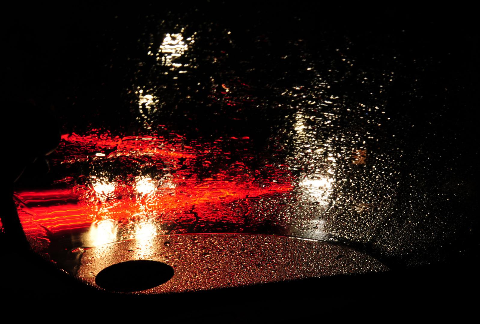 Nachts bei Regen am Straßenrand