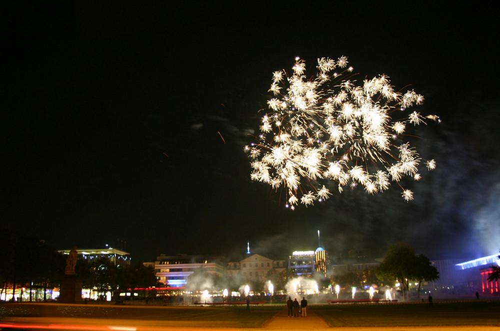 Nachts in Kassel Feuerwerk beim Midnight Shopping