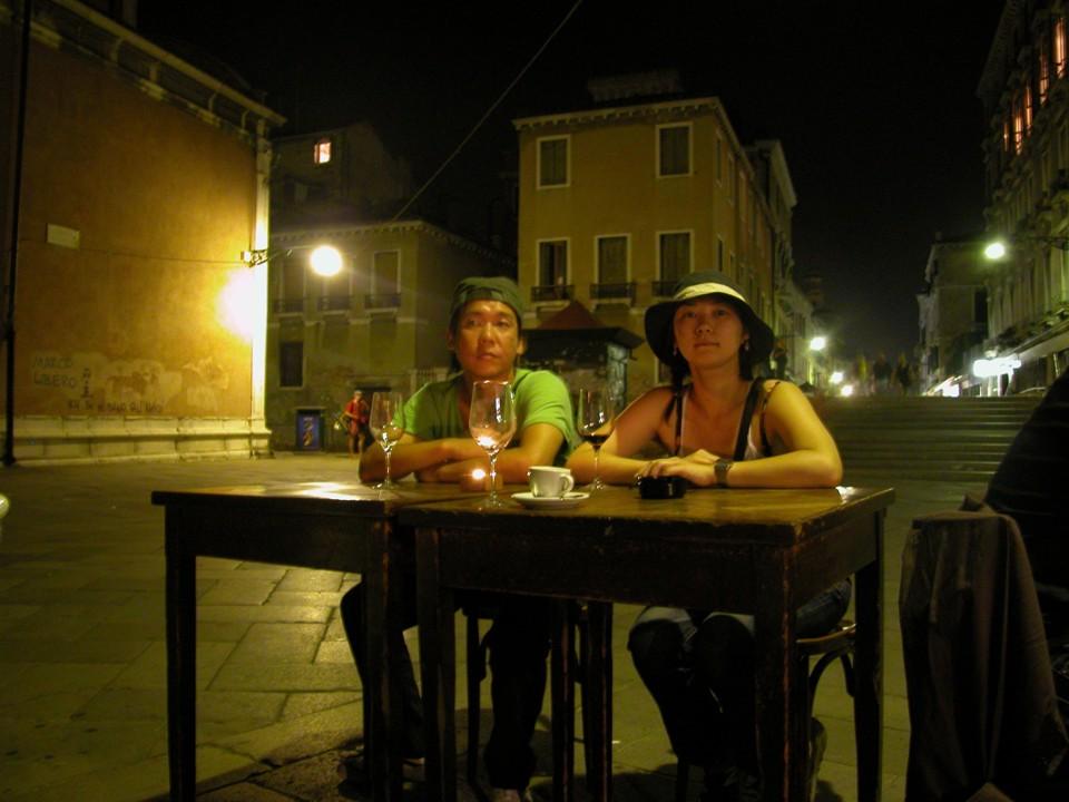Nachts in Venedig einem Konzert lauschend