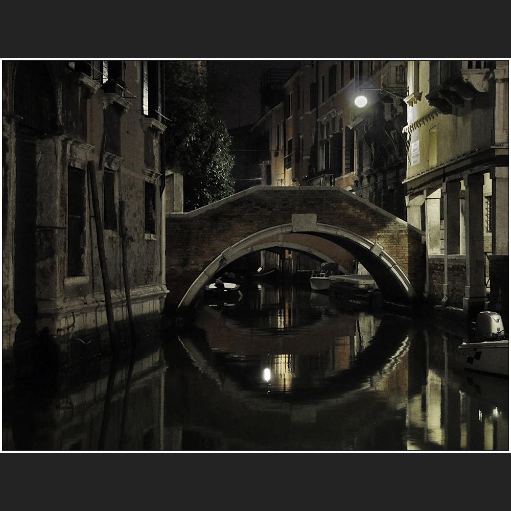 Nachts unter steinernen Brücken