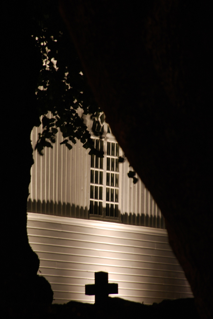 Nachts vor der Kirche