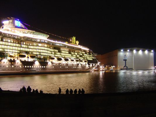 Nachts vor der Meyer Werft...