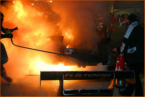 Nachts, wenn der Alzen-Porsche brennt....