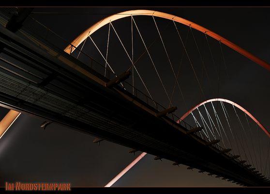 Nachts, wenn die Brücke glüht