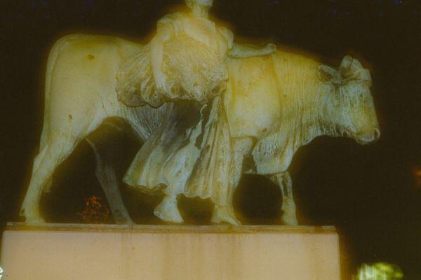 Nachts werden den Statuen die Köpfe abgeschnitten.