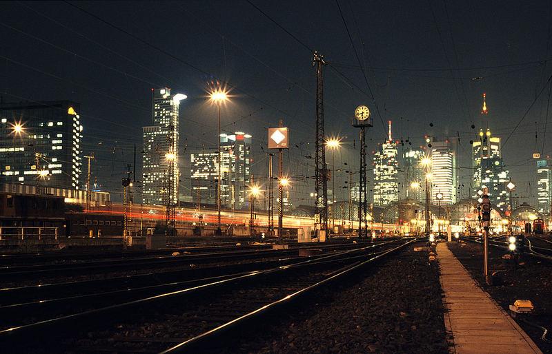 Nachtstimmung vom Gleisvorfeld in Frankfurt (Main)