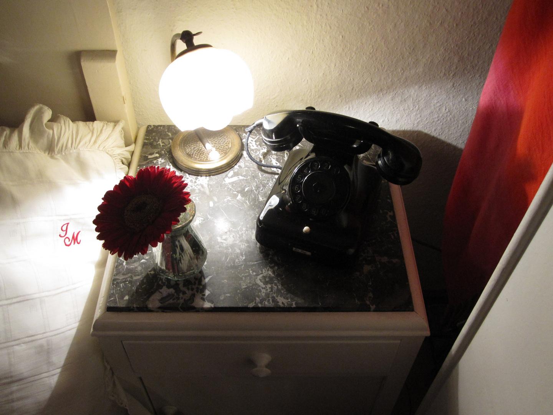 Nachttisch mit Fernsprecher