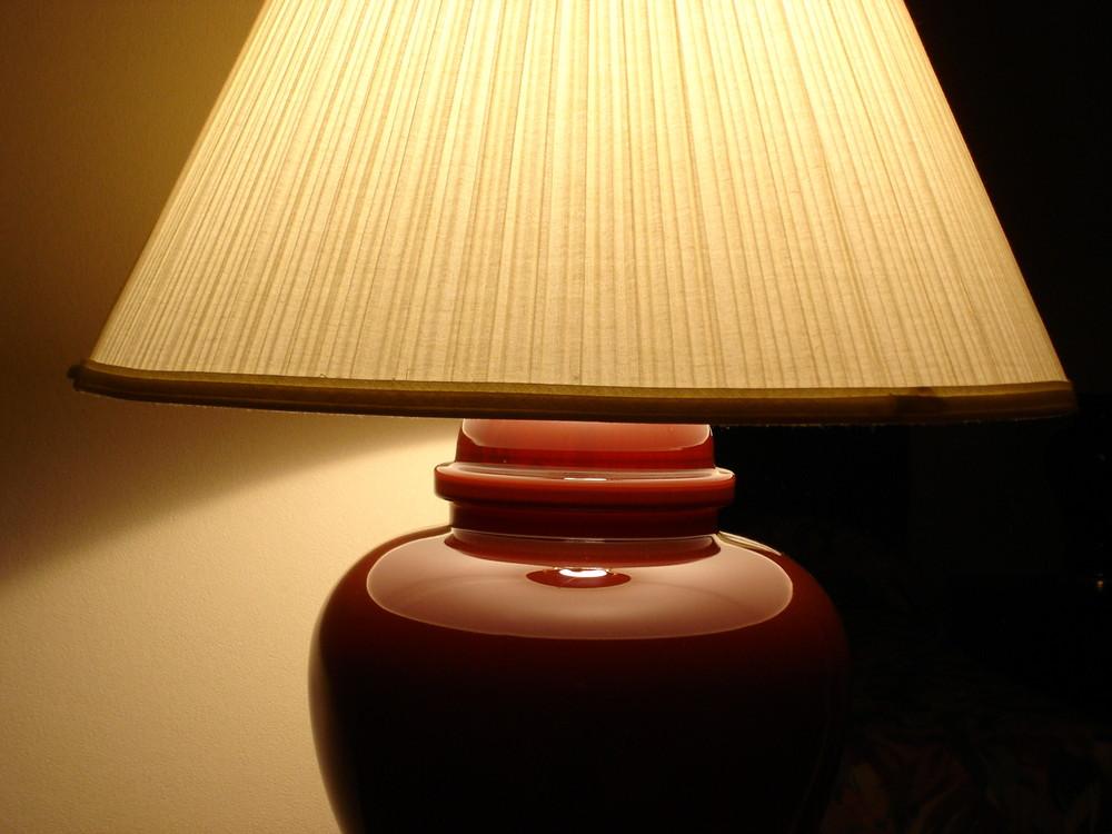 Nachttischlampe auf einem Hotelzimmer in Kanada