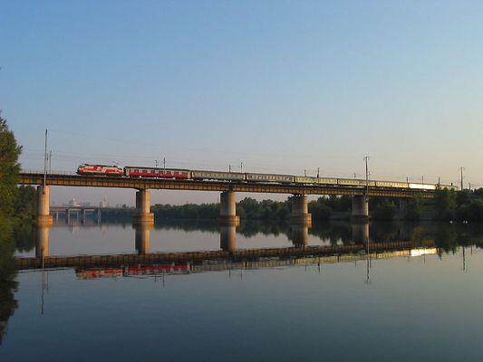Nachtzug aus Warschau spiegelt sich in der Neuen Donau