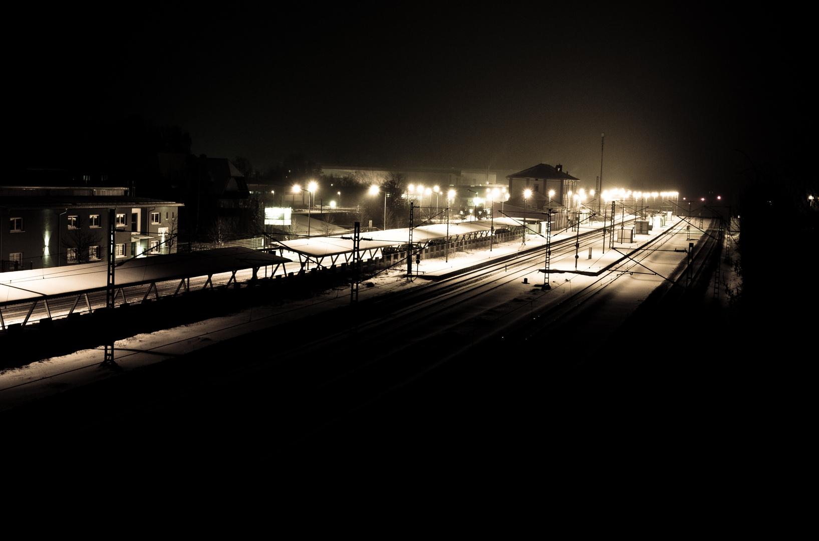 Nächtliche Bahnhofsimpression im Schnee