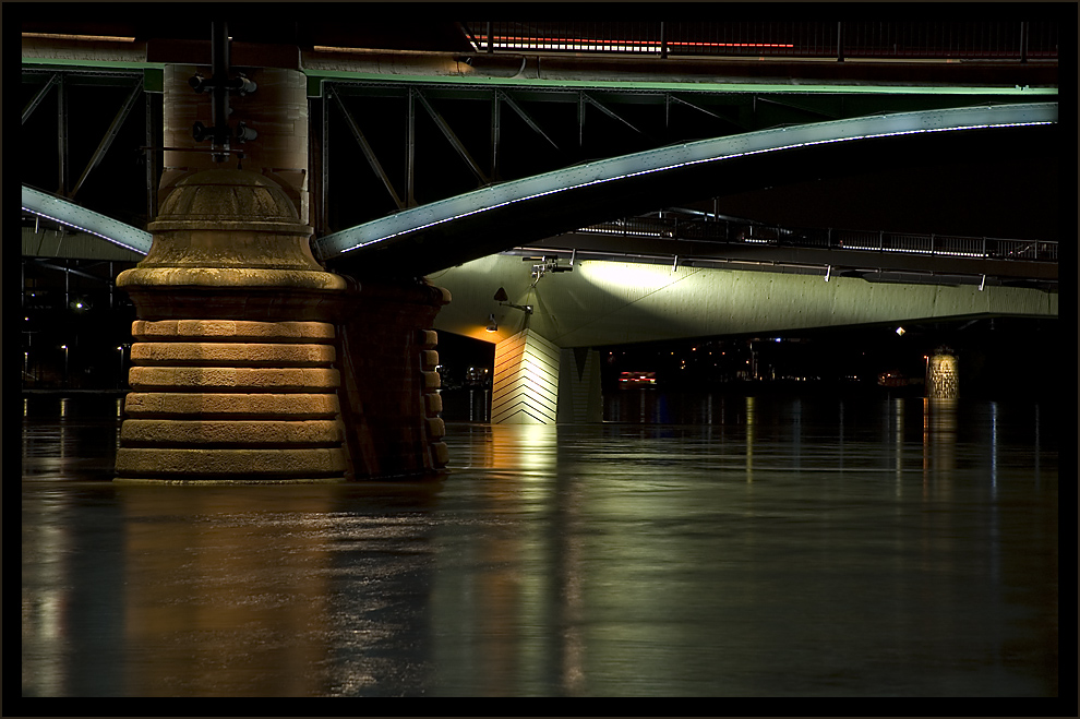 Nächtliche Brückenparade