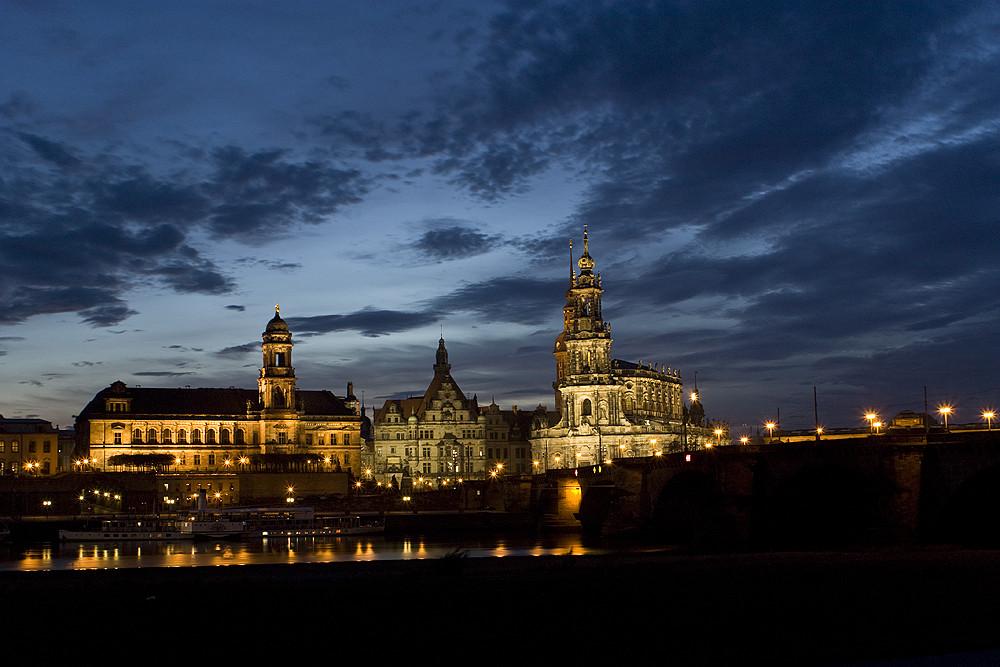 nächtlicher Blick auf die Hofkirche Dresden