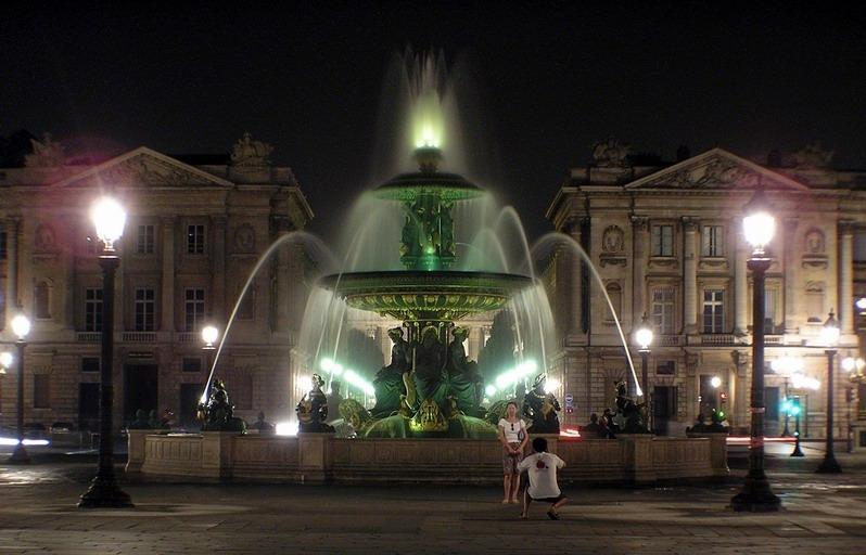 Nächtlicher Pariser Brunnen